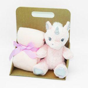 Peluche licorne et son plaid rose à personnaliser avec un prénom ou mot de votre choix, sur-mesure par Rêves de Fil.