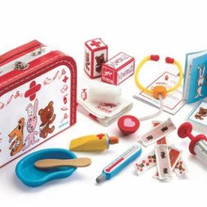 Une mallette en forme de valise parfaitement équipée. Votre enfant pourra soigner tous ses amis. A partir de 4 ans. Vendu par rêves de fil.