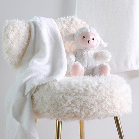 Coffret peluche mouton avec son plaid personnalisable vendu par rêves de fil