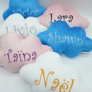 Coussin nuage entièrement fait main et personnalisé au prénom de votre choix fabriqué et vendu par reves de fil